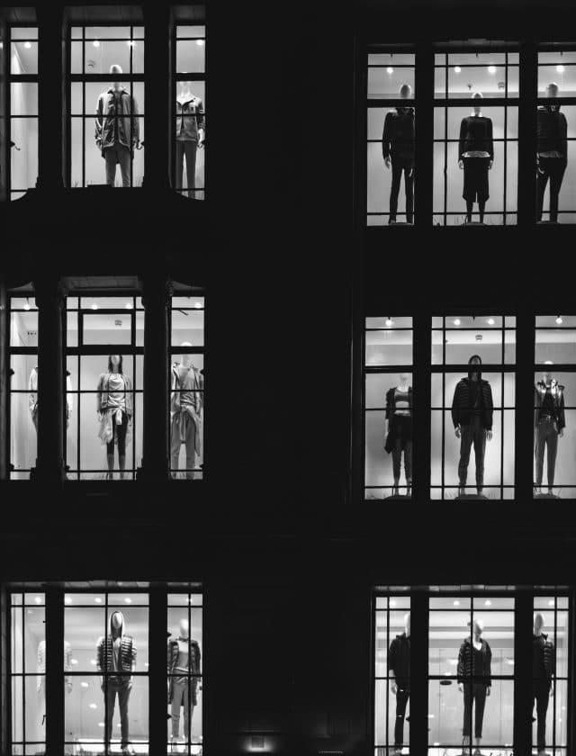 schwar-weiß Aufnahme einer Schaufensterfront mit Schaufensterpuppen in verschiedener Kleidung