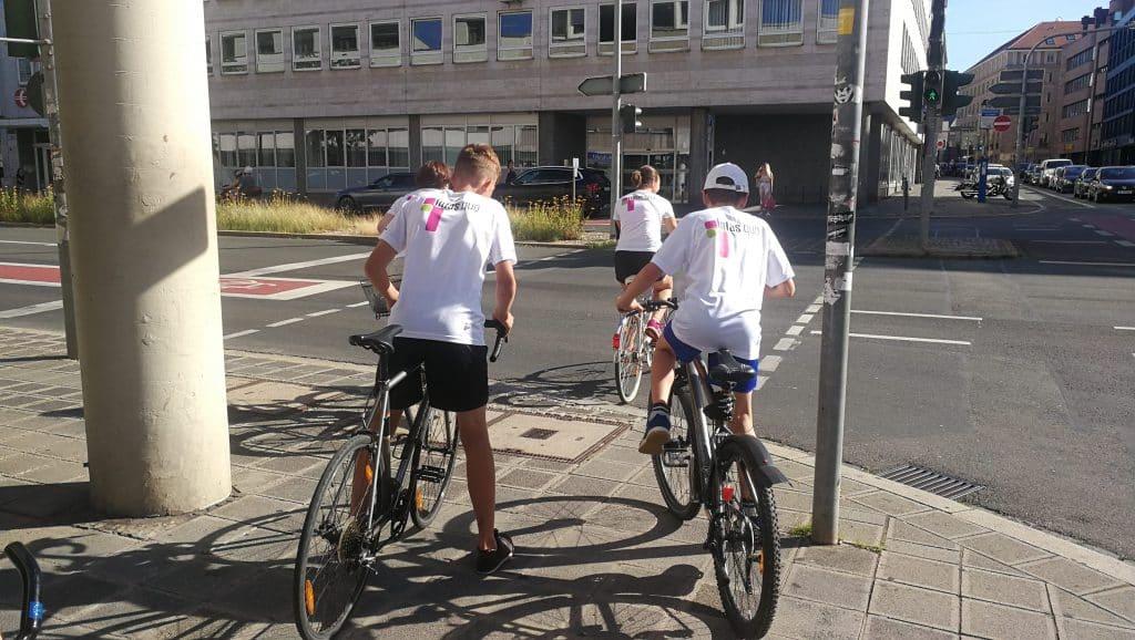 infas quo Kollegen fahren mit dem Fahrrad und in ihrem Trikot zum B2Run