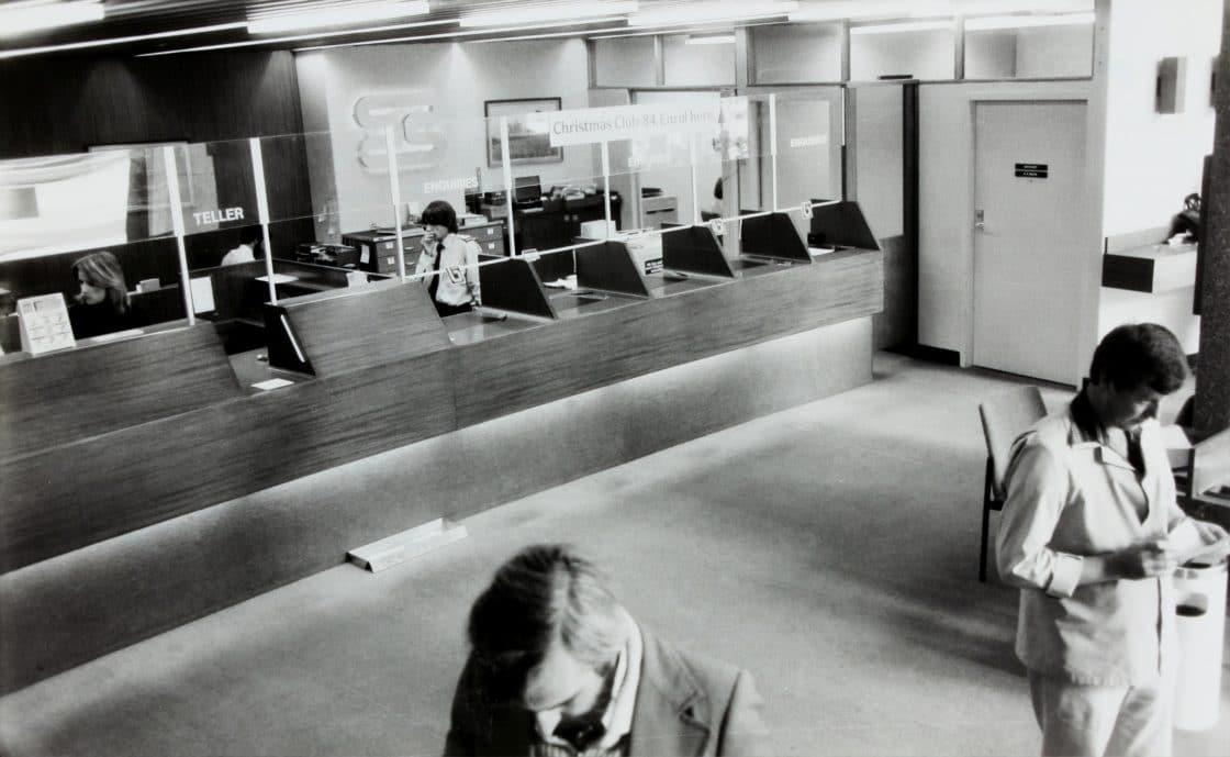 schwarz/weiß Bild vom Innenraum einer Bank