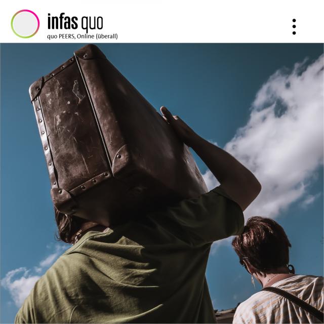 Bild eines Menschen, welcher mit dem Rücken zum Betrachter steht und einen Koffer auf der Schulter trägt. Desweiteren ist im Bild der Hinterkopf einer Frau erkennbar und im Hintergrund der blaue Himmel mit vereinzelten Wolken