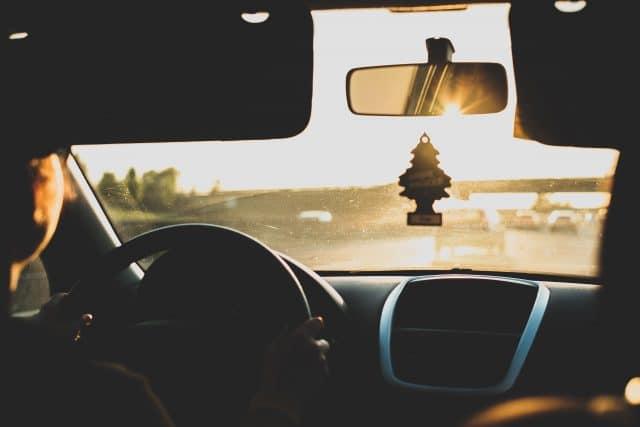 Aussicht von der Rückbank eines Autos durch die Windschutzscheibe auf den Straßenverkehr