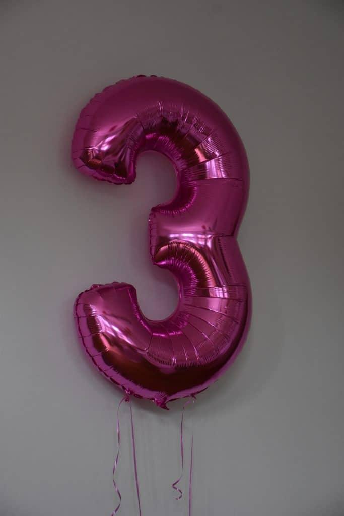 Ballon in Form einer drei bei der Geburtstagsfeier der Firma