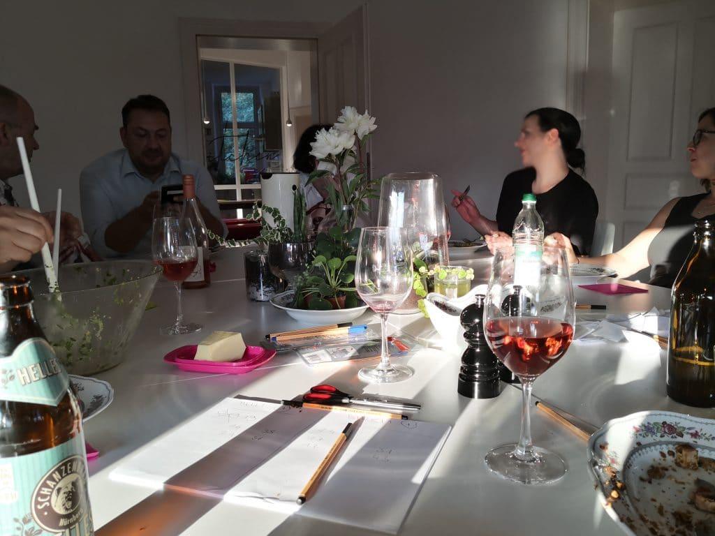 Mitarbeiter spielen und essen an einem Tisch